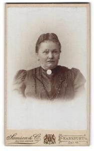 Fotografie Samson & Co., Frankfurt a / M., Portrait bürgerliche Dame mit Kragenbrosche im eleganten Kleid