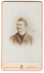 Fotografie Atelier Globus, Berlin-S, Portrait charmanter Herr im Anzug mit Zwicker u. Schnauzbart
