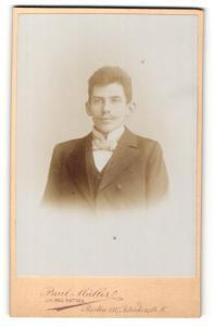 Fotografie Paul Müller, Berlin-SW, Portrait junger Herr im Anzug mit Fliege
