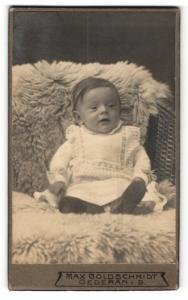 Fotografie Max Goldschmidt, Oederan i .S., Portrait bezauberndes Kleinkind im weissen Strickkleid