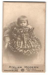 Fotografie Hugo Paulsen, Magdeburg, Portrait bezauberndes blondes Mädchen im karierten Kleid