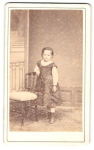 Fotografie Fotograf & Ort unbekannt, Portrait bezauberndes Mädchen im prachtvollem Rüschenkleid