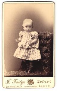 Fotografie K. Festge, Erfurt, Portrait kleis Mädchen im hübschen Kleid auf Sessel stehend