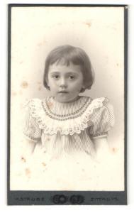 Fotografie H. Strube, Zittau i. S., Portrait bezauberndes kleines Mädchen im gestreiften Kleidchen