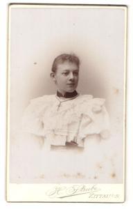 Fotografie H. Strube, Zittau i. S., Portrait wunderschönes Fräulein mit Halskette im weissen Rüschenkleid