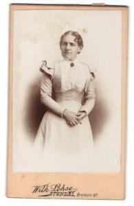Fotografie Wilh. Lohse, Stendal, Portrait elegant gekleidete Dame im Rüschenkleid