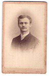 Fotografie E. Faehling, Berlin, Portrait charmanter junger Mann mit Scheitel im gestreiften Jackett