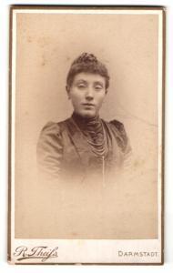 Fotografie R. Theiss, Darmstadt, Portrait hübsche brünette Dame mit hochgestecktem Haar und Perlenhalsketten