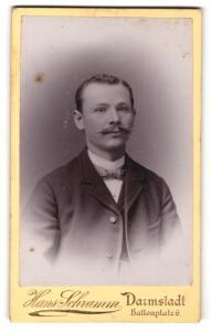 Fotografie Hans Schramm, Darmstadt, Portrait junger Mann mit Schnurrbart