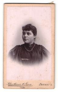 Fotografie Scheithauer & Giese, Zwickau i. S., Portrait dunkelhaarige junge Schönheit mit Halskette und Brosche