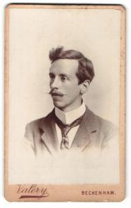 Fotografie F. Valery, Beckenham, Portrait hübscher junger Mann mit Oberlippenbart