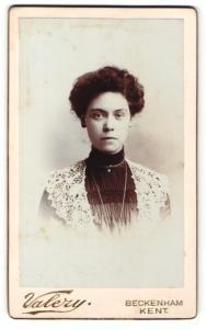 Fotografie F. Valery, Beckenham, Portrait dunkelhaarige Schönheit in prachtvoll bestickter Bluse