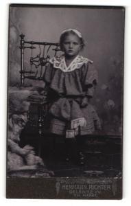 Fotografie Hermann Richter, Oelsnitz i. V., Portrait bezauberndes Mädchen mit Haarschleige und Stickerei am Kleid