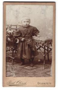 Fotografie Paul Oberst, Oelsnitz i. V., Portrait blondes Kind im gestreiften Kleidchen