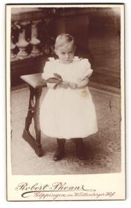 Fotografie Robert Phenne, Göppingen, Portrait zuckersüsses kleines Mädchen mit blondem Haar