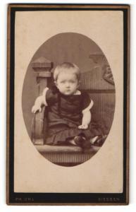 Fotografie Ph. Uhl, Giessen, Portrait blondes kleines Mädchen im dunklen Rüschenkleid