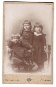 Fotografie Philipp Uhl, Giessen, Portrait drei niedliche kleine Mädchen in wunderschönen Kleidern