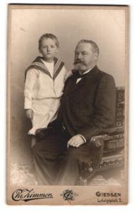 Fotografie Chr. Zimmer, Giessen, Portrait stattlicher Grossvater mit Enkel im Matrosenanzug