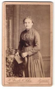Fotografie H. Strube & Sohn, Löbau, Frau mit lockigem Haar und Buch