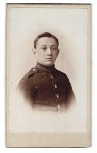 Fotografie Friedrich Weber, Halle a/S., Portrait junger Mann in Uniform