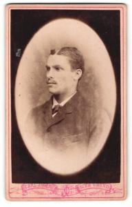 Fotografie Carl Jäger, Schw. Gmünd, Portrait junger Herr mit Oberlippenbart im Anzug
