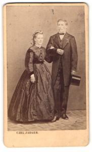 Fotografie C. Jaeger, Schw. Gmünd, Portrait bürgerliches Paar in festlicher Kleidung mit Zylinder