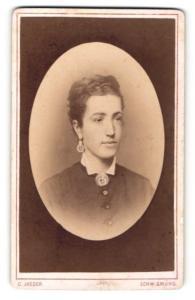 Fotografie C. Jaeger, Schw. Gmünd, Portrait junge Dame mit Ohrringen u. Kragenbrosche