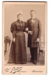 Fotografie W. Pöllot, Darmstadt, Portrait bürgerliches Paar in hübscher Hochzeitskleidung mit Schleier
