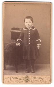 Fotografie Ernst Schroeter, Meissen, Niedliches Mädchen an einem Kinderstuhl