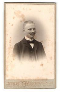 Fotografie Herm. Sommer, Hamm i. W., Eleganter Herr mit Schnurrbart
