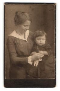 Fotografie Georg Brinker, Bremen, Bürgerliche hält ihre Tochter im Arm
