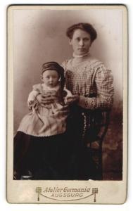 Fotografie Atelier Germania, Augsburg, Bürgerliche und ihr Kind mit Zipfelmütze