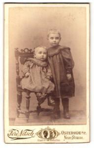 Fotografie Ferd. Nitsch, Osterode a. H., Geschwisterpaar in karierten Kleidern