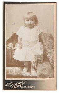 Fotografie Hans Maesser, Wernigerode a. H., Süsses Mädchen in weissem Kleid