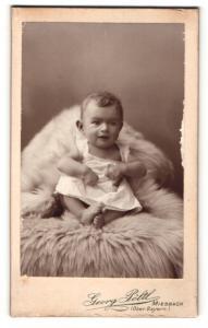 Fotografie Georg Pöltl, Miesbach / Ober Bayern, Gut gelaunter Säugling auf einem Fell