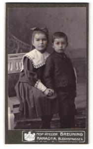 Fotografie Hof-Atelier Breuning, Hanau a. M., Bürgertochter mit ihrem jüngeren Bruder