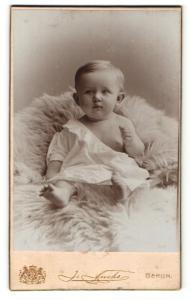 Fotografie J. Fuchs, Berlin, Portrait eines Säuglings auf einem Fell