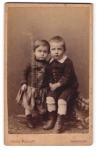 Fotografie Georg Rudloff, Hannover, Portrait Brüderchen u. Schwesterchen im hübschen Kleid sich an den Händen haltend