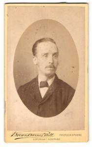 Fotografie Brown, Barnes & Bell, London & Liverpool, Portrait bürgerlicher Herr mit zurückgekämmtem Haar u. Fliege