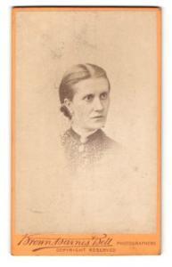 Fotografie Brown, Barnes & Bell, London & Liverpool, Portrait bürgerliche Dame mit zurückgeb. Haar u. Kragenbrosche