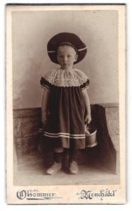 Fotografie Olsommer, Neuchatel, Portrait kleines Mädchen im hübschen Kleid mit Mützenband u. Eimer