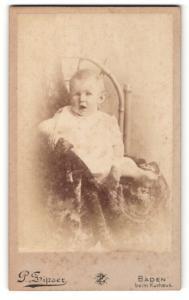 Fotografie P. Zipser, Baden, Portrait niedliches Kleinkind im weissen Hemd auf Stuhl sitzend