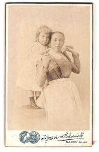 Fotografie Zipser & Schmidt, Baden, Portrait stolze Mutter u. kleines Mädchen im hübschen Kleid