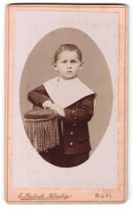 Fotografie E. Laetsch-Kündig, Rüti, Portrait kleiner Junge im Matrosenanzug auf Lehne gestützt