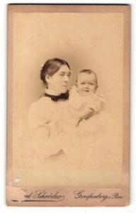 Fotografie Carl Schröder, Greifenberg i / Pom., Portrait stolze Mutter mit zurückgebundenem Haar u. Baby im Arm