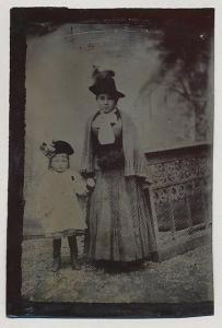 Fotografie Ferrotypie junge Dame im feiner Sonntagsbekleidung nebst kleinem Mädchen mit Hut