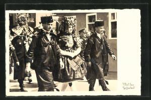AK Aus dem Hessenland: Schwälmer Brautpaar im Hochzeitszug