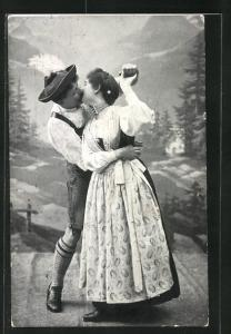 AK Salzburger Almtanz, Paar in Tracht beim Kuss