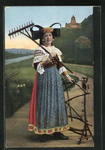 AK Frau mit Rechen in Tracht Schaumburg-Lippe