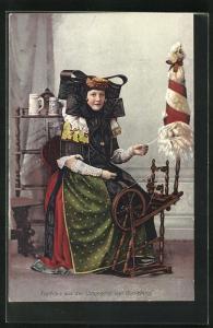 AK Bückeburg, Frau in Tracht Schaumburg-Lippe am Spinnrad